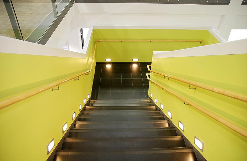 freundliche Treppe beleuchtet
