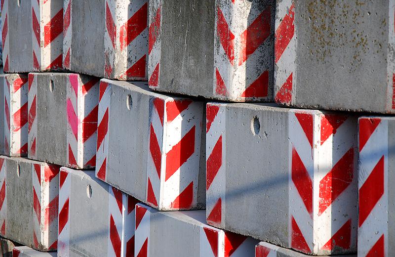 Strassenbau Betonquader rot weiss
