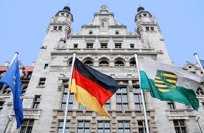 neues Rathaus mit Flaggen